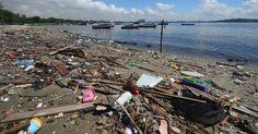 """Lixo se acumula nas margens da baía de Guanabara, no Rio de Janeiro, onde serão disputadas as competições de vela dos Jogos Olímpicos de 2016. A 500 dias da Olimpíada, o governo do Rio não cumpriu nem metade da meta de """"coletar e tratar 80% de todos os esgotos"""". Apresentado em 2009 ao Comitê Olímpico Internacional (COI), o compromisso foi anunciado na época como principal """"legado"""" dos jogos na área ambiental. Seis anos se passaram e a baía continua recebendo 10 mil litros por segundo de…"""