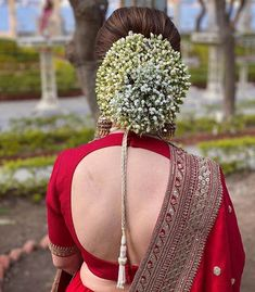 Check out these stylish and stunning backless blouse designs to oomph up your bridal look. Bridal blouse design ideas and inspirations at ShaadiWish. Bridal Hairstyle Indian Wedding, Bridal Hair Buns, Bridal Hairdo, Indian Bridal Outfits, Indian Wedding Hairstyles, Indian Bridal Fashion, Bridal Blouse Designs, Blouse Neck Designs, Choli Blouse Design