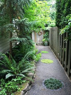 narrow-side-yard-design-ideas-pictures-remodel-and-decor-550x734.jpg 550×734 pixels