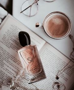 Si by Giorgio Armani Eau De Parfum Perfume Armani, Armani Parfum, Best Perfume, Perfume Fragrance, Perfume Bottles, Giorgio Armani Parfüm, Skin Products, Perfume Collection, Lotions
