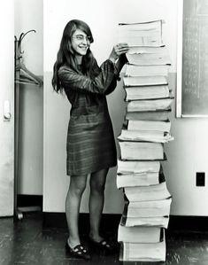 Margaret Hamilton a fianco del codice da lei scritto per il programma Apollo