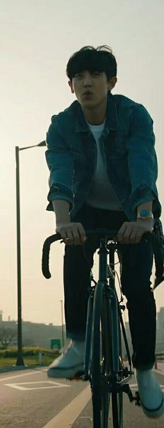 Chanyeol on a cycle Exo Kokobop, Park Chanyeol Exo, Kpop Exo, Baekhyun, Chanbaek, Saranghae, Types Of Boyfriends, Kim Minseok, Exo Members