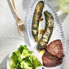 Hasselback-Zucchini mit Hüftsteaks Zucchini, Grill Pan, Queso, Grilling, Low Carb, Teller, Food, Roast, Cooking