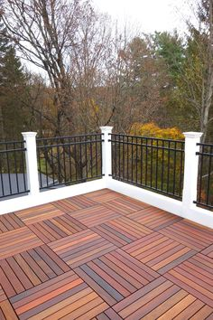The Most Picture Rooftop Deck Railing Ideas to View from The Top. Flat roof with railings and a screened in porch. Rooftop wood patio and glass. Outdoor Tiles, Building A Deck, Deck Railings, Deck Flooring, Rooftop Design, Diy Deck, Terrace Floor, Outdoor Flooring, Farmhouse Landscaping