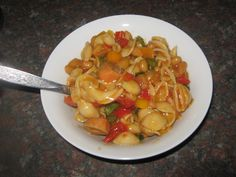 Kerrie Noedelslaai met 'n twist South African Dishes, South African Recipes, Ethnic Recipes, Braai Recipes, Cooking Recipes, Curry Pasta Salad, Kos, Juicer Recipes, Healthy Salad Recipes