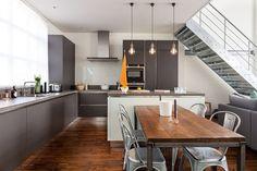 #BlogDecostore - Decoração de Cozinha - Cozinhas Decoradas - Decoração de Cozinhas - Piso de Madeira - Ilha de Concreto - Cozinha com Ilha - Cozinha Integrada - Sala Integrada - Estilo Industrial - Chantel Shout - Pendentes - Tólix Chair - Cadeira Tólix - Mesa de Aço - Cadeira de Aço - Escada de Ferro - Piso de Madeira