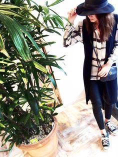 Outfit der Woche! Crepe-Bluse mit Karoprint & Sweat-Weste mit offenen Kanten: Rich & Royal – Skinny Pants: Dixie – Tasche & Hut: Pieces #fashion #ootw