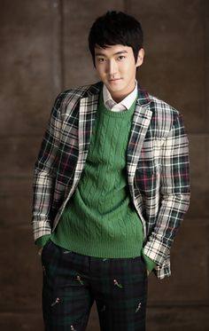 SIWON WE CAN WEAR COUPLE OUTFITS WITH THIS GREEN SWEATER! I HAVE ONE IDENTICAL IN MY CLOSET. ^_^  One thing though: please, lose the jacket. I'm not really feeling it today. xP