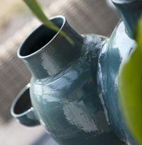 Door de diverse 'insteekposities' kun je met vaas Tanapa vele kanten op.