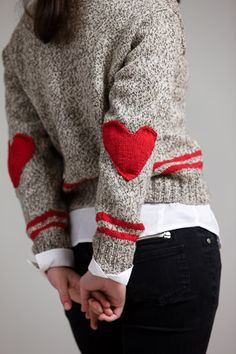 Sock monkey cardigan with heart elbow patches. pattern on ravelry! Elbow Patch Sweater, Elbow Patches, Look Fashion, Diy Fashion, Heart Sweater, Winter Mode, Cardigan Pattern, Grey Cardigan, Sweater Weather