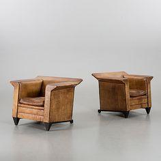 FÅTÖLJER  Ett par, 1900-talets andra hälft.  Rak form. Helstoppade, klädda i brunt läder. Lös, stoppad sittdyna. Bredd 95, djup 76, höjd 76 cm.