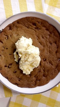 Cookie recipes 368450813266373847 - What's better than a batch of cookies? A giant one with ice cream, of course. Creative Desserts, Creative Food, Easy Desserts, Cookie Recipes, Dessert Recipes, Tastemade Recipes, Yummy Treats, Yummy Food, Skillet Cookie