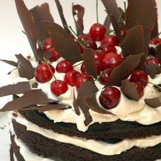 It has been said that there are almost as many variations of this famous German cake as there are trees in the Black Forest itself. We think this is one of the best, the ideal seduction tool for Valentine's Day. Death By Chocolate, Chocolate Cake Mixes, Bacon Chocolate, Chocolate Treats, Black Forest Cake Ingredients, Cheesecake Mix, Cake Recipes, Dessert Recipes, Desserts