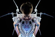 インテル® Edison モジュールを搭載したスマート・スパイダー・ドレス: ファッションにロボット工学とウェアラブル・テクノロジーを融合することで、着る人の感情を表現し、パーソナル・スペースを守ります。 パンチの効いたスマートなカクテルドレスに、自己防衛機能を搭載しました。 実験的なデザイナー、アヌック・ウィップレヒトの最新のスパイダー・ドレスは、美と刺激を大胆に融合しています。 このゾッとするほど魅力的なコスチュームは、ロボット工学、ウェアラブル・テクノロジー、ファッションが融合したときに何が起きるかを追求した彼女の最新作です。 このドレスは、米国ネバダ州ラスベガスで開始された 2015 年国際コンシューマー・エレクトロニクス・ショーで一般公開されました。 オランダ人デザイナーの彼女は、脳波をモニタリングする Synapse ドレスや、Smoke Dress、Intimacy 2.0、3D プリントによる Cirque du Soleil、スーパーボウル 2011 ... Continued