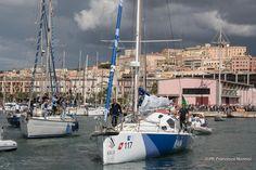 Italia esce dal porto di Cagliari accompagnata da un corteo di barche.