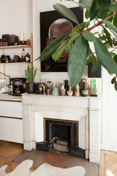 Maison Hand, Between Craft and Modernism - The Socialite Family Home Living, My Living Room, Living Room Decor, White Fireplace, Fireplace Mantel, White Mantle, Fireplaces, Modernisme, Sweet Home
