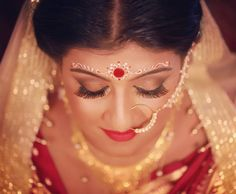 A bengali brides makeup is incomplete without the chandan design on her forehead. And @raya_desi.mua sure knows that quite well......... #bongbride #bengalibride #indianbride #bongwedding #bengalirituals #makeupartist #kolkatamakeupartist #weddingmakeup #weddingzzilla #weddingday #weddingmakeupartist #chandan #foreheadchandandesign #kolkatawedding #grace #bridalmakeup #bridaldress #candidphotography http://gelinshop.com/ipost/1515086752606612851/?code=BUGq1_NBG1z