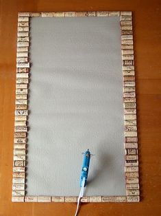 Veja como criar um tapete diferente apenas utilizando uma base e rolhas! E bote rolhas nisso, você precisará de muitas delas!