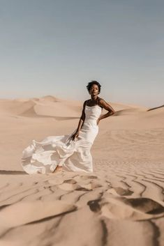 Desert Sand Dune Wedding Inspiration with Natural Hair Ideas for Black Brides – Tor Hawley – The LAW Bridal 13 Go natural on your wedding day! Here's the inspiration you need! #bridalmusings #bmloves #wedding #weddinginspo #weddinginpiration #naturalhair #natural #curls #curly #naturalcurls #weddingdress #bridalgown #inspiration