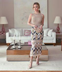Quem curte um look mais clássico?  Fiquei apaixonada por essa saia! Para alongar a silhueta sapatos de bico fino é perfeito! Look @skunkbrasil