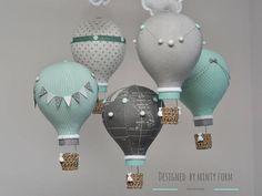 Mint grau weiß Heißluftballon Mobile Travel Thema Kinderzimmer Dekor benutzerdefinierte Mobile Weltkarte Heissluft Ballon Baby mobile in Mint, grau und weiß Stoffe. Jeder Ballon ist, dass von Hand aus Stoffen mit Knöpfen, Pompons, Spitzen, Bänder, Bögen, Wimpelkette und Mini Hand gemacht