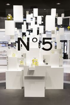 Chanel partners with Gebr Heinemann in a spectacular activation at Copenhagen Airport to celebrate the launch of its new Eau Première. Stand Design, Display Design, Booth Design, Chanel, Window Display Retail, Perfume Display, Cosmetic Display, Visual Merchandising Displays, Boutique Decor