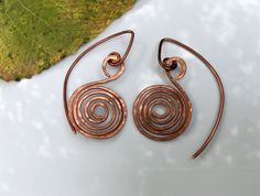 Ancient Celtic vibe. Hammered spiral earrings, in copper or silver. https://www.etsy.com/listing/269063022/boho-925-silver-earrings-hammered-copper #etsymntt #jewelry #handmade