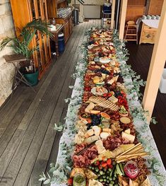 Cold buffet: ideas on how you can easily set up a grazing table! Baby Shower Brunch, Grazing Tables, Winter Birthday, Party Buffet, Brunch Party, Iftar, Charcuterie Board, Diy Table, Party Snacks