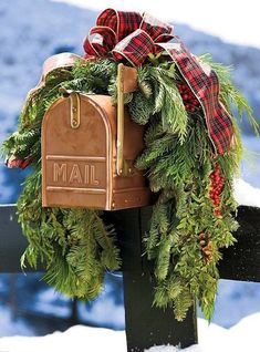 Christmas Porch Decor Ideas Artificial fir tree as Christmas decoration? An artificial Christmas Tree or a real one? Lovers of a Housewarming Party, Christmas Mailbox Decorations, Outdoor Decorations, Christmas Holidays, Christmas Crafts, Christmas Garlands, Christmas Porch Ideas, Christmas Greenery, Pallet Christmas
