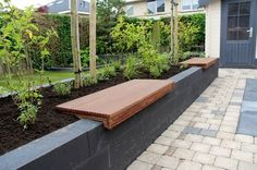 Door de diverse terrassen en zitgedeelte's krijgt deze tuin veel sfeer. Op de bankjes die geplaatst zijn op de verhoogde bak kun je zomers heerlijk tussen de beplanting zitten. Vooral de beplanting in deze tuin geeft het mediterrane beeld goed … Lees verder
