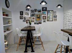 Habitación de los sombreros, en Restaurante Visconti, Realización lámparas, escritura mural a mano, búsqueda objetos y restauración en caso de necesidad. Inma Gregori 2015
