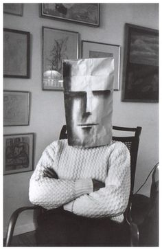 Una colaboración entre dos amigos y talentos, la serie de Máscaras de Saul Steinberg cuenta con las caprichosas máscaras de papel creadas por el dibujante de Nueva York, en una serie de retratos to…