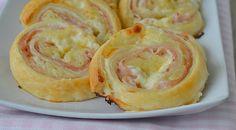 """Milujete rýchle achutné jedlá, na ktorých si pochutí celá rodina? Talianske závitky nazývané """"girelli"""" vás potešia aich jednoduchú chuť si užijete sami, či spriateľmi pri pohári vína. Ak ich raz skúsite pripraviť, nebudete sa ich vedieť dojesť. Budete potrebovať: 1 lístkové cesto 20 dkg šunky 50 g mäkkého syra 2 surové zemiaky soľ akorenie podľa"""