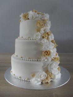 Bruidstaart rozen waterval beige wit/ Weddingcake beige white roses