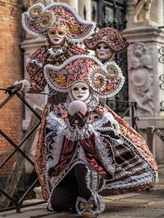 A pair in wonderful dusty pink and burnished mauve costumes.wonderful headdresses at Carnaval of Venise 2016 Venetian Costumes, Venice Carnival Costumes, Carnival Dress, Venetian Carnival Masks, Carnival Of Venice, Masquerade Costumes, Masquerade Party, Mardi Gras Carnival, Venice Carnivale
