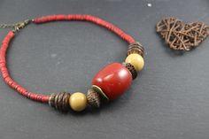 Collier court, style ethnique, perles de verre rouge et beige, graines, coco, bronze de la boutique PerlicotiPerlicoton sur Etsy