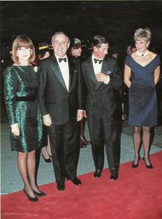 The blue was undoubtedly one of the favorite colors of Princess Diana . Here's a little retrospective blue outfits worn by the princess as well as evening dresses, suits Day, coat or cocktail dresses. Some of the dresses were auctioned in 1997 at his initiative.