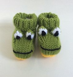 Frog knitted baby booties knitted socks shoes by LittleWhitsKnits Baby Knitting Patterns, Baby Booties Knitting Pattern, Crochet Baby Booties, Knitting Socks, Knitted Baby, Baby Slippers, Baby Socks, Baby Hats, Gestrickte Booties