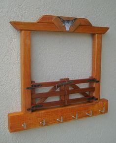Porta-chaves feito em madeira com formato de porteira de fazenda. Contem 6 ganchos para pendurar chaves. O acabamento pode ser na cor natural da madeira envernizada ou com pintura na côr sugerida. A porteira é fixa (não abre). Pode ser fixada com fita dupla face em paredes revestidas com cerâmica... Diy Furniture Easy, Home Decor Furniture, Wood Furniture, Woodworking Projects Diy, Wood Projects, Projects To Try, Diy Vegetable Storage, Wood Crafts, Diy And Crafts