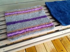 Håndarbeiden » Kald på rumpa? Strikk et sitteunderlag - knitting - toving - sitteunderlag - craft Shag Rug, Diy And Crafts, Rugs, How To Make, Decor, Shaggy Rug, Farmhouse Rugs, Decorating, Blanket