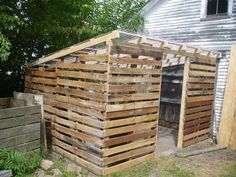 Pallet House to Save the World. or a Garden Shed. Pallet House to Save the World. or a Garden Sh Pallet Coop, Pallet Shed Plans, Pallet Barn, Wood Pallet Fence, Pallet Benches, Pallet Tables, Outdoor Pallet, Bar En Palette, Pallet Building