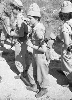 995adb85e6250 לוחמות במסע רגלי שבמהלכו קיבלו אספקה שהוצנחה ממטוס דקוטה. 12.03.1954 Israel  History