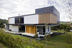 modernes wohnhaus fassade schwarz weiß holztür