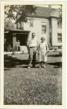 1930s Photo IL Illinois Pekin Brouwer Family Relatives Older Couple Lawn House