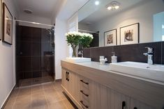 Hotondo Homes VIC Marcoola 269 Display. This beautiful bathroom uses light tones to create a clean open space. Hotondo Homes, Bathroom Inspiration, Bathroom Ideas, Display Homes, Bedroom House Plans, Family Bathroom, Home Trends, New Home Designs, Open Plan Kitchen