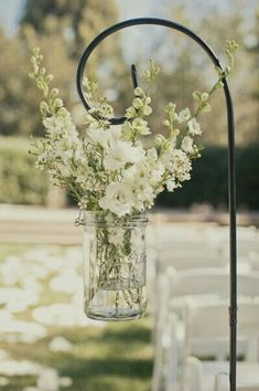 Buiten bruiloft vaas met bloemen idee outside wedding flowers