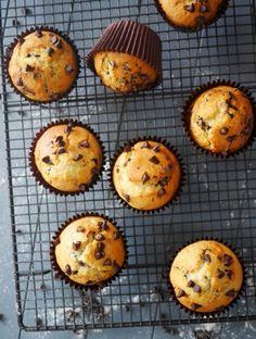 Muffins aux pépites de chocolat :                                                                     L'astuce pour réaliser des muffins dignes de ce nom c'est de ne pas trop mélanger les ingrédients liquides avec les ingrédients secs. Autrement dit : moins on en fait meilleurs ils seront !