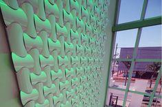 Wovin Wall 3form | Hunter Douglas Brasil O Wovin Wall é um sistema de peças curvas disponível em diferentes materiais como madeira, alumínio ou laminados. Uma das principais qualidades do Wovin Wall é o seu resultado plástico, dotado de uma grande calidez, qualidade geométrica e elegância construtiva. Aplicação em Obra Paredes e Muros, Forros, Decoração, Divisória Interior Formato Global Modular Propriedade Isolamento Acústico