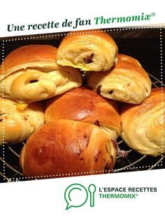Chocolate brioche buns by Lili Weight. A fan recipe to find in the Breads & Viennoiseries category on www.espace-recett …, from Thermomix®. Brunch Recipes, Gourmet Recipes, Sweet Recipes, Breakfast Recipes, Lidl, Thermomix Bread, Thermomix Desserts, Croissants, Chocolate Brioche