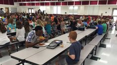 Moren til gutten delte bildet og det har fått internasjonal oppmerksomhet. Profesjonell fotballspiller Travis Rudolph satte seg ned ved Bo Paske, en gutt med autisme som ofte spiser lunsjen sin alene.